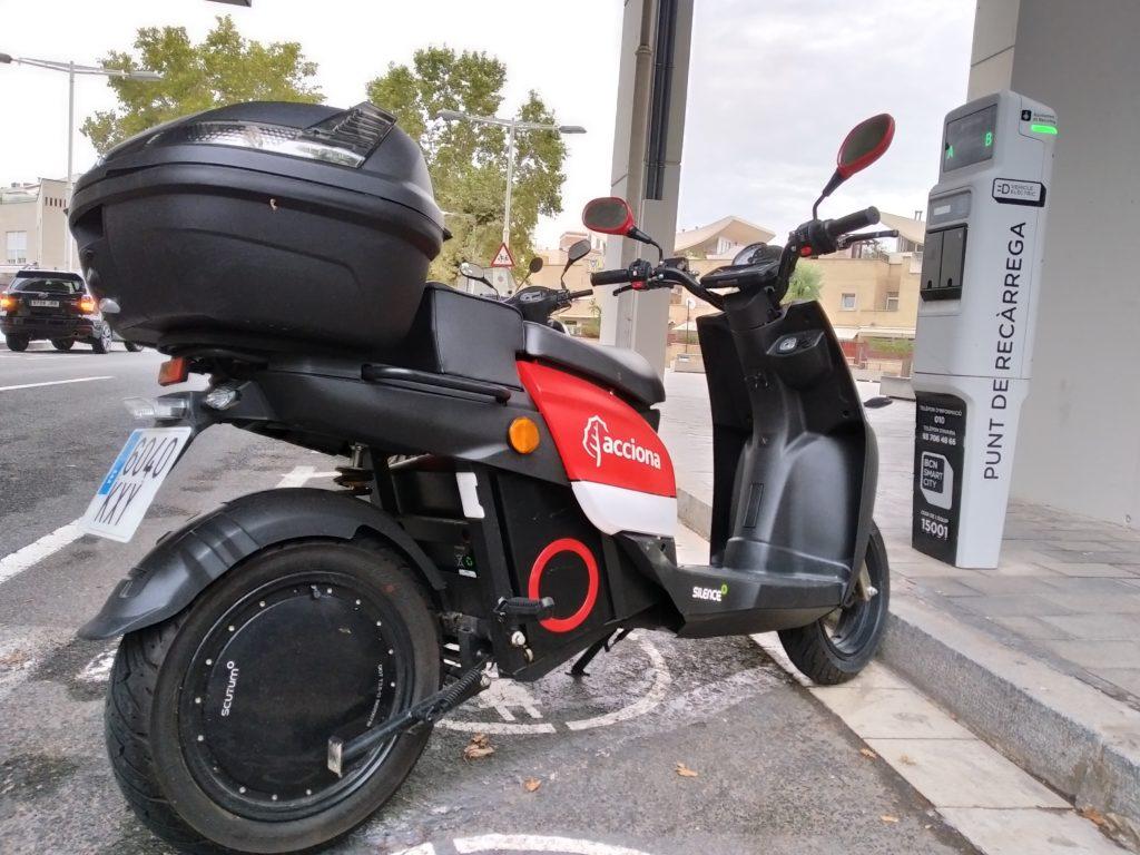Barcelona se adapta a la moto eléctrica 1
